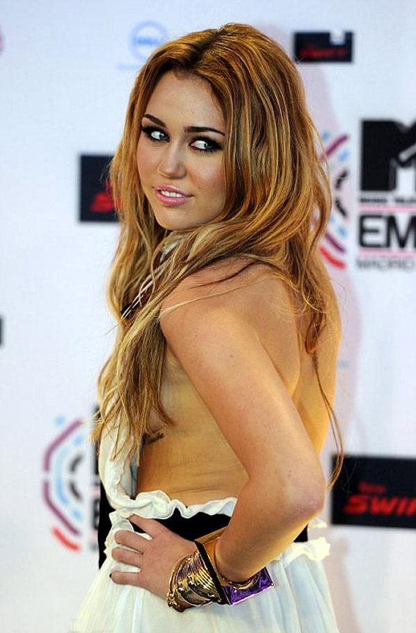 Miley cyrus side boob pic
